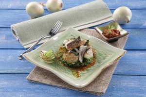 Lubina salteada con repollo y cebolla dulce: presentación final